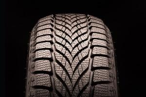 Achtung beim Reifenwechsel: Ist die Laufrichtung der Reifen falsch, ist die Bodenhaftung beeinträchtigt.