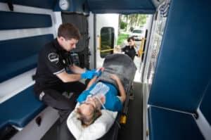 Lebensrettende Sofortmaßnahmen, wie das Überprüfen der Atmung und die Herzdruckmassage, sollten bereits an der Unfallstelle eingeleitet werden.