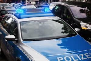 Die durch eine Lichtschranke erfolgte Geschwindigkeitsmessung wird bei Überschreitung der Höchstgeschwindigkeit polizeilich verfolgt.