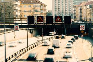 Lichtzeichenanlage für die Spuren einer Autobahn.