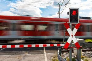 Lichtzeichenanlage an einem Bahnübergang.