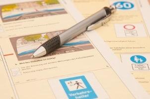 Beim Lkw-Führerschein umfasst die Prüfung 37 Fragen.