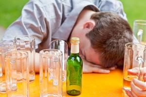 MDMA und Alkohol entziehen dem Körper Wasser, weshalb die Gefahr der Austrocknung beim Mischkonsum besonders hoch ist.