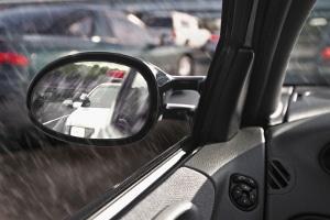 Besonders bei Regen oder Schnee ist die Mindestprofiltiefe der Reifen wichtig.