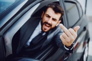 Welche Folgen kann ein gezeigter Mittelfinger im Straßenverkehr haben?