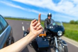 Mittelfinger zeigen: Im Straßenverkehr und auch sonst gilt dies als Beleidigung.