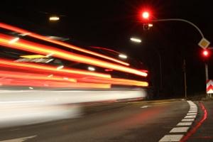 Mobiler Blitzer: Mit dem Motorrad oder dem Auto eine rote Ampel zu überfahren, ist keine gute Idee.