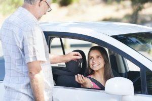 Der Mofa-Führerschein wird oft als Vorbereitung auf den Autoführerschein genutzt.