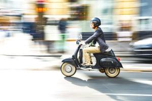 Moped fahren: Das geht mit einem B-Führerschein oder ab 15 bzw. 16 mit der Führerscheinklasse AM.