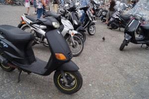 Wenn Sie mit einem Moped fahren, ohne das Kennzeichen montiert zu haben, kostet dies in der Regel 40 Euro.