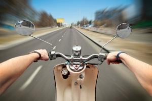 Moped fahren: Ohne Versicherungsschutz ist dies nicht gestattet.