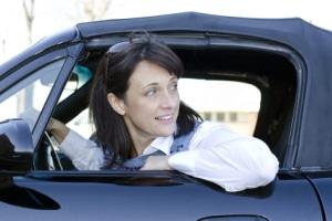 Nähert sich von hinten ein Motorrad? Der Schulterblick auf der Autobahn dient als zusätzliche Absicherung.