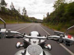 Wenn ein Motorrad an einem Unfall beteiligt ist, kann es für den Fahrer übel ausgehen.