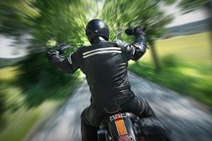Geraten Motorradfahrer in eine Radarfalle, kann kein Foto vom Kennzeichen angefertigt werden.