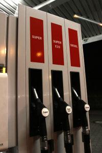 Niedrige Tankstellenpreise können Sie durch einen Tankstellenvergleich finden.