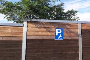 Ein orangefarbener Parkausweis berechtigt nicht zur Nutzung von Behindertenparkplätzen.