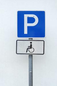 Nur der blaue Parkausweis für Behinderte erlaubt hier das Parken.