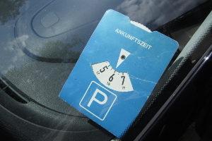 Parken auf dem Behindertenparkplatz: Der Sonderparkausweis muss - wie eine Parkscheibe - gut sichtbar sein.