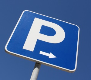Parken auf dem Gehweg wird durch ein Verkehrszeichen erlaubt.