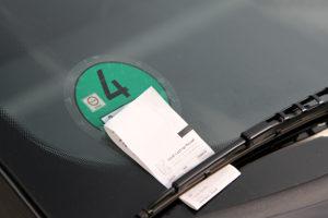 Unberechtiges Parken auf dem Behindertenparkplatz hat oft ein Knöllchen inklusive Verwarngeld zur Folge.