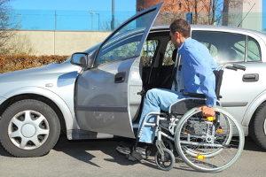 Einfacheres Parken: Mit Behindertenausweis und Sonderparkausweis dürfen Behindertenparkplätze genutzt werden.