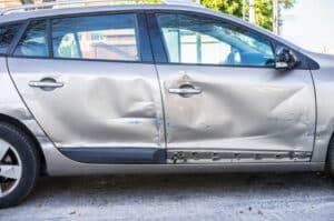 Parkendes Auto angefahren: Bei Fahrerflucht droht eine Strafe in Form einer Geldzahlung oder Freiheitsstrafe.