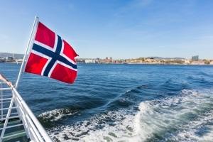 Eine übersehene Parkverbotstafel kann Touristen gerade in Skandinavien ein Loch in die Urlaubskasse reißen.