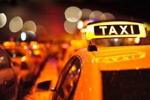 Die Personenbeförderung im Mietwagen muss sich vom Taxiverkehr unterscheiden.