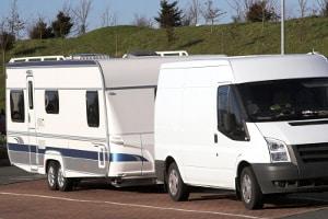 Der Personentransport ist in Wohnanhängern hinter Kraftfahrzeugen nicht erlaubt.