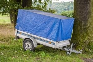 Kommt es mit einem Pkw-Anhänger zum Unfall, tun sich häufig Versicherungsfragen auf.