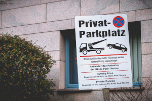 Wann dürfen Sie einen Pkw von einem Privatparkplatz abschleppen lassen?