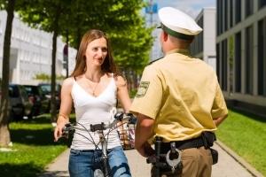 Die Polizei darf für die Fahrerermittlung auch Nachbar befragen.
