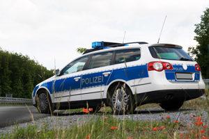 Die Polizei verteilt Knöllchen im bewegten, jedoch nicht im stehenden Verkehr.