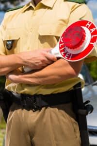 Polizist bei einer Polizeikontrolle