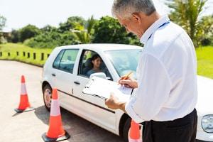Fallen Sie durch die praktische Prüfung, sollten Sie ein paar mehr Fahrstunden in der Fahrschule vereinbaren.