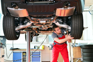 Autoexperten empfehlen: Die Profiltiefe regelmäßig messen und ggf. Rad wechseln.