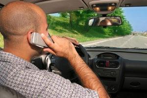 Fahren mit Handy am Steuer: Laut Punktekatalog sind das 100 Euro Bußgeld und ein Punkt.