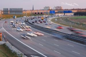 Egal ob von links oder rechts: Sie müssen das Überholen auf der Autobahn durch Blinken anzeigen.
