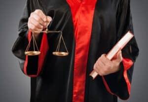 Einen Rechtsanwalt nach dem Autounfall aufzusuchen, kann sehr hilfreich sein.