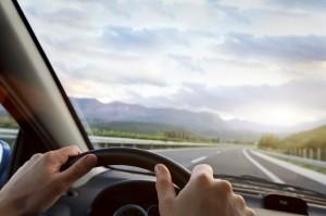 Sind Sie auf der Straße unterwegs, sollten Sie sich an das Rechtsfahrgebot laut StVO halten.