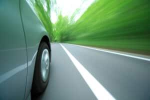 Wenn Ihr Reifen geplatzt ist, sollten Sie Ruhe bewahren und auf den Seitenstreifen fahren.