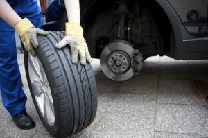 Eine Reifenpanne kann auch in einer Werkstatt behoben werden.
