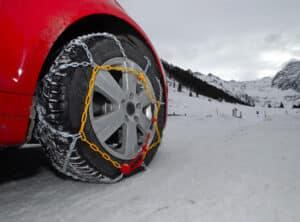 Auch das Fahren mit Schneeketten kann einen Reifenplatzer begünstigen.