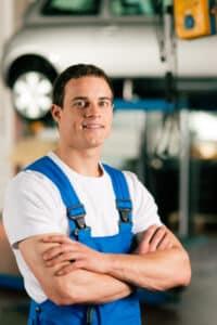 Ein Reifenwechsel kann in einer Werkstatt oder in Eigenregie vorgenommen werden.