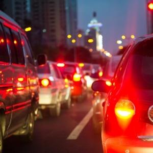 Als Autofahrer sind Sie gesetzlich verpflichtet, bei einem Stau eine Rettungsgasse zu bilden.