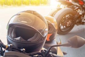 Roller fahren: Sind Sie zu zweit unterwegs, müssen Sie auch beide einen Helm tragen.
