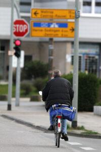 Wer eine rote Ampel mit dem Fahrrad überfährt, kann sogar den Führerschein verlieren