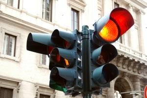 Wenn Sie eine rote Ampel überfahren und geblitzt werden, droht nicht nur ein Bußgeld.