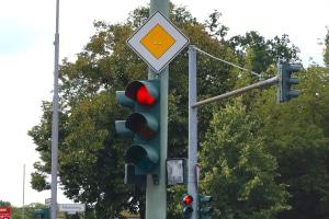 Gibt es Situationen, in denen Sie eine rote Ampel überfahren dürfen?