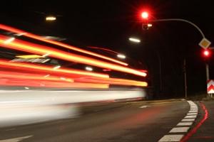 Rote Ampel übersehen: Was ist ein qualifizierter Rotlichtverstoß?
